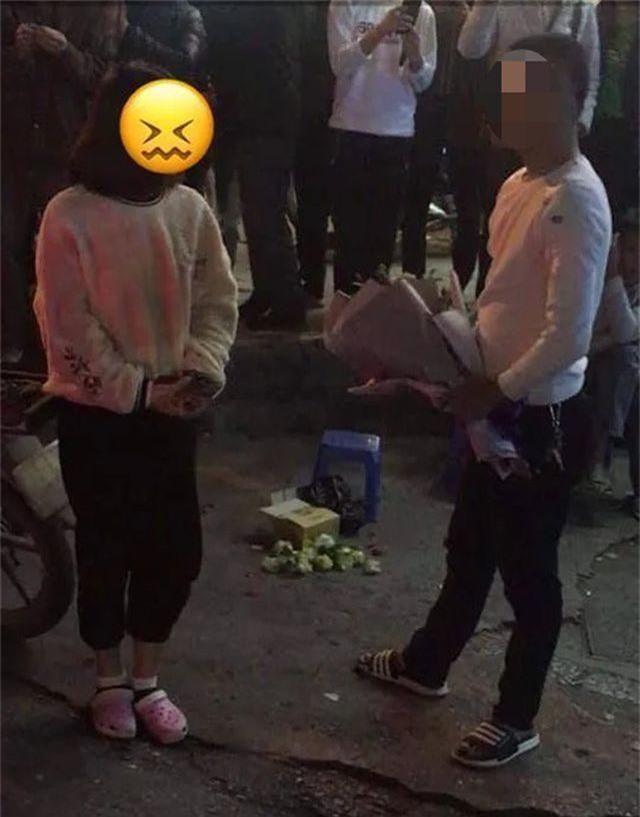 Hà Nội: Màn tỏ tình như đòi nợ xôn xao trước cổng trường đại học - 2
