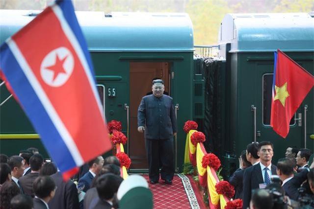 Chủ tịch Triều Tiên rời khỏi tàu bọc thép xuống ga Đồng Đăng (Ảnh: Quang Minh)