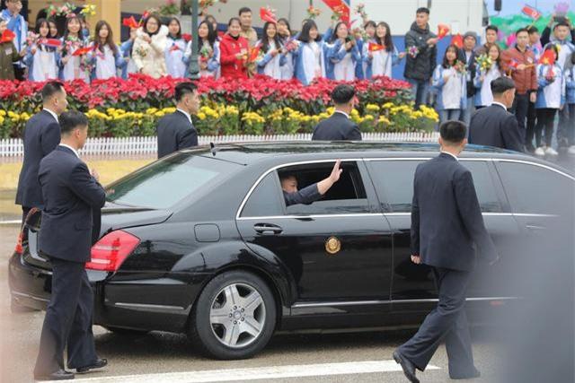 Chủ tịch Triều Tiên vẫy thay chào mọi người (Ảnh: Việt Dũng)