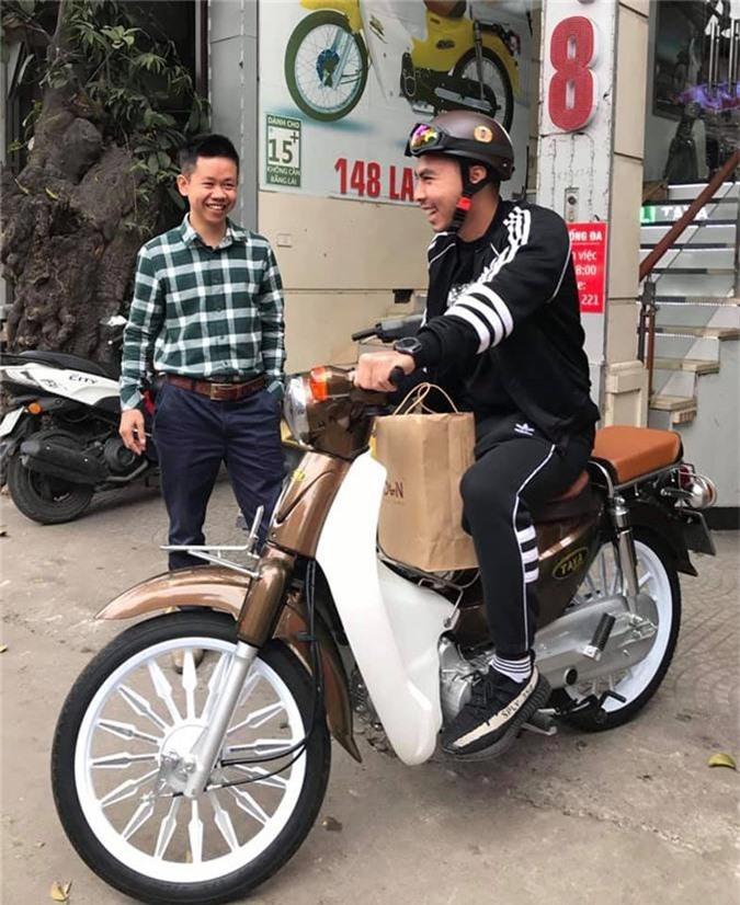 Tiền vệ Đức Huy giản dị sắm Honda Cub trong khi đồng đội tậu xế hộp. Trong khi các đồng đội tậu xế hộp, xây nhà lầu thì tiền vệ Đức Huy lại giản dị sắm cho bản thân mình một chiếc Honda Cub vô cùng cá tính. (CHI TIẾT)