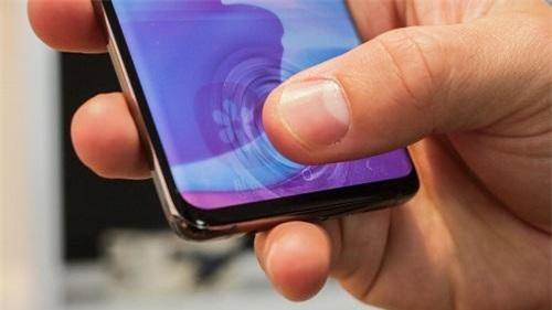 Galaxy S10/10+ có thể sạc nhanh không dây cho smartphone khác