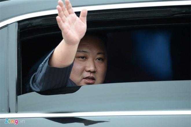 Nhà lãnh đạo Triều Tiên đã vẫy chào người dân khi ông rời ga Đồng Đăng. (Ảnh: Zing)