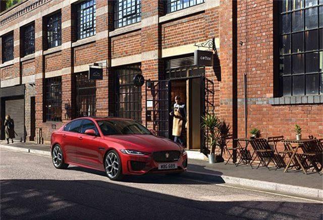 Jaguar XE mới về Việt Nam sẽ có giá bao nhiêu?. Phiên bản mới của Jaguar XE đã sẵn sàng có mặt trên thị trường Việt Nam, nhưng theo thông tin chính thức từ nhà phân phối, mẫu sedan này sẽ chỉ có phiên bản trang bị động cơ xăng Igenimum. Giá bán vẫn được giữ kín, trong khi tại Anh, xe có giá khởi điểm từ 33.915 bảng Anh (hơn 1 tỉ đồng). (CHI TIẾT)
