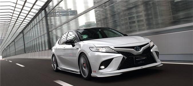 """Toyota Camry 2019 bản độ Artisan Spirits: Đẹp và đậm chất Lexus. Dưới bàn tay của hãng độ Nhật Bản Artisan Spirits, Toyota Camry thế hệ mới vốn đã gây ấn tượng nhờ sở hữu vẻ ngoài tươi mới hơn so với phiên bản tiền nhiệm, lại tiếp tục được """"lột xác"""" theo phong cách sang trọng và mang đậm chất thể thao, đẳng cấp của Lexus. (CHI TIẾT)"""