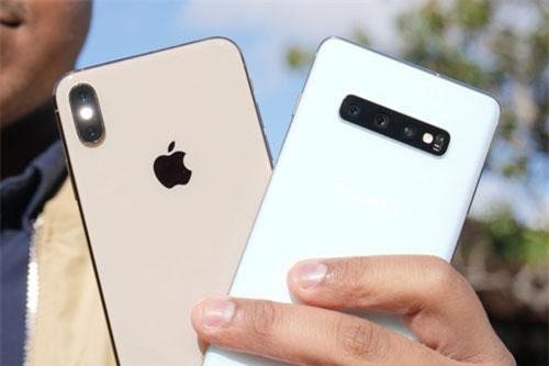 Camera sau của iPhone Xs Max và Samsung Galaxy S10 Plus (phải).