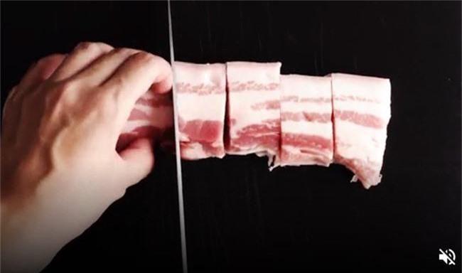 Kho thịt bằng nồi cơm điện: Ngon cấm cãi! - Ảnh 1.
