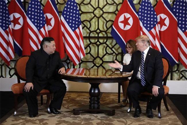 Tổng thống Mỹ Donald Trump (phải) trong cuộc gặp Chủ tịch Triều Tiên Kim Jong-un tại Hà Nội. Ảnh: AP.