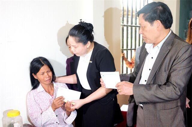 Chị Lưu Thị Hà ( giữa) trao hỗ trợ bồi thường cho khách hàng gặp nạn tại Thanh Hóa.