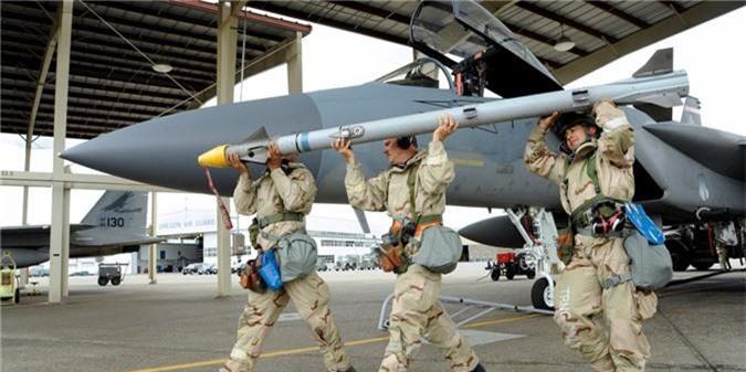 F-15 My bong nhien vut sach ten lua giua troi: Bi an ly do!