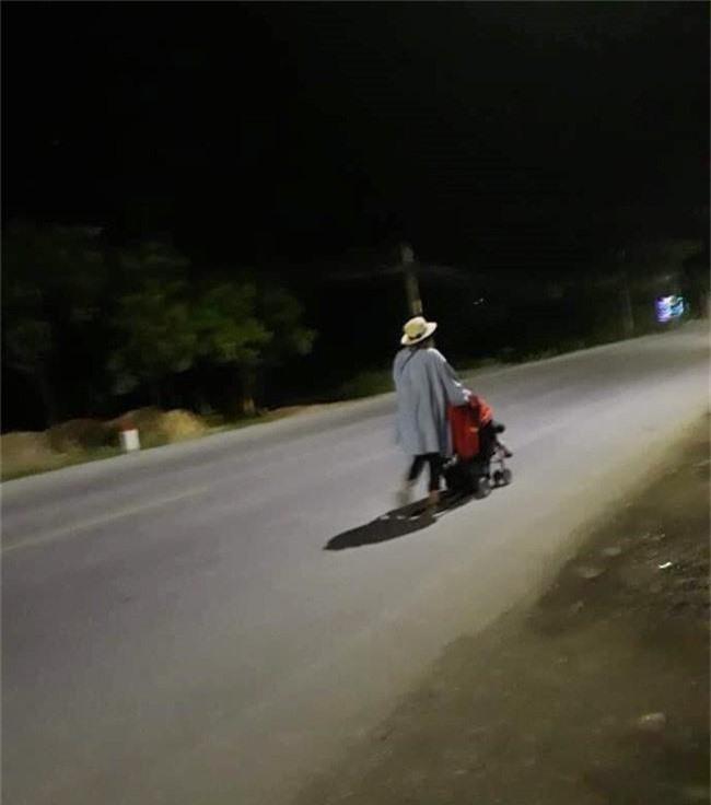 Lại xuất hiện hình ảnh hot girl Bella đưa con trai nhỏ đi lang thang trong đêm tối ở Quảng Ninh - Ảnh 2.