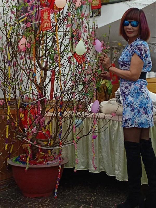 Mặc váy hoa diêm dúa nhìn rõ nội y, cô dâu 62 tuổi khiến người xem lắc đầu thời trang phang tuổi tác cũng cần mức độ-4