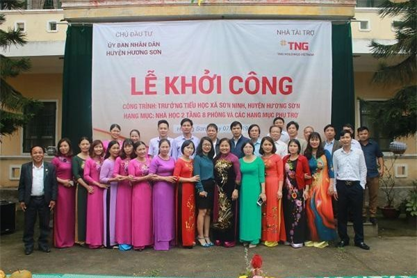 Lãnh đạo Tập đoàn TNG Holdings Vietnam, đại diện chính quyền địa phương cùng tập thể giáo viên Trường Tiểu học xã Sơn Ninh tại Lễ khởi công