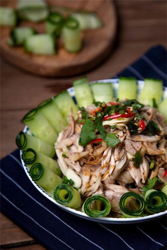 Khi ăn bạn trộn đều phần thịt gà lên, gắp ăn kèm với dưa chuột sẽ rất vừa miệng và ngon đấy. Món salad này làm cực kỳ đơn giản có thể tận dụng phần gà luộc còn thừa, dưa chuột mát lành, phần xốt đậm đà ăn sẽ mê liền.