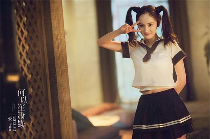 Trong Bên nhau trọn đời phiên bản điện ảnh, Huỳnh Hiểu Minh và Dương Mịch có một số cảnh phim tái hiện thời trung học của hai nhân vật chính. Dù khi ấy đã làm mẹ, Dương Mịch vẫn khoe trọn vẻ thanh xuân, đáng yêu qua tạo hình nữ sinh.