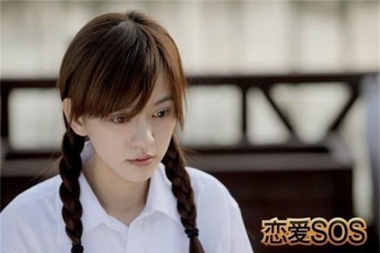 Trần Ý Hàm cũng là một người đẹp không tuổi của showbiz xứ Đài. Với phim Tình yêu SOS quay năm 2010 (28 tuổi) hay Chỉ cần em hạnh phúc quay năm 2017 (35 tuổi), cô cũng tạo sự thuyết phục khi khoác trên mình bộ đồng phục học sinh nhờ gương mặt trẻ thơ và nụ cười tỏa sáng.