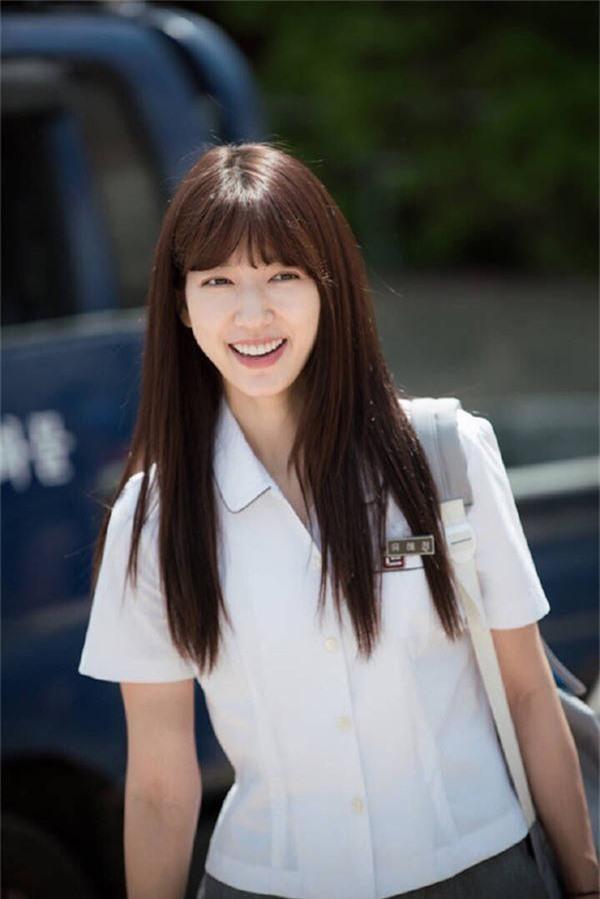 Park Shin Hye nhiều lần thể hiện hình ảnh nữ sinh trên màn ảnh. Dù là 13 tuổi (phim Nấc thang lên thiên đường), 23 tuổi (phim Những người thừa kế) hay 26 tuổi (phim Doctors), cô đều tạo sự thuyết phục.
