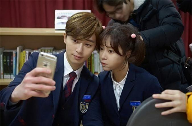 Hwang Jung Eum mặc hóa thân thành học sinh trung học với đồng phục và hai bím tóc nhí nhảnh trong phim Kill Me, Heal Me. Năm đó, cô 30 tuổi.