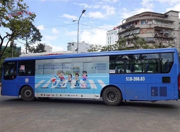 Quảng cáo trên thân xe buýt không còn hấp dẫn như những năm trước. (Ảnh TL)