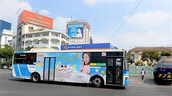 """Giá cao, quảng cáo trên xe buýt tại TP.HCM bị """"ế"""". (Ảnh: TL)"""