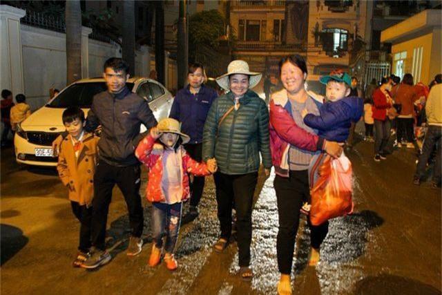 Xếp hàng xuyên đêm mưa rét để xét nghiệm sán lợn cho con - 11