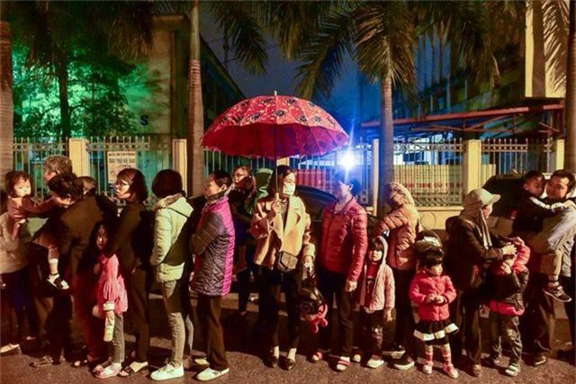 Xếp hàng xuyên đêm mưa rét để xét nghiệm sán lợn cho con - 2