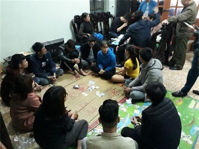 Nữ chủ nhà cùng 9 người bị bắt vì tham gia đánh bạc - 1