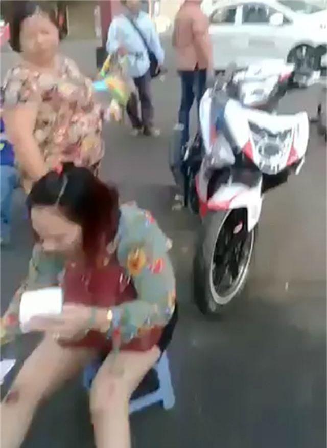 Nữ du khách bị cướp giật kéo lê trên đường - 1