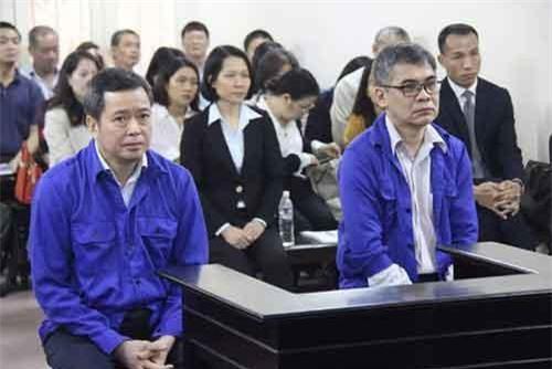 Bị cáo Từ Thành Nghĩa (đeo kính) và Võ Quang Huy tại tòa. Ảnh: Dân trí.