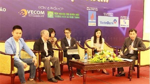 Ông Trần Trọng Tuyến (ngoài cùng bên trái và các diễn giả tham gia tọa đàm.