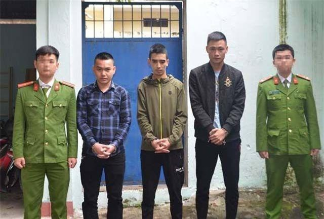 Các đối tượng cho vay nặng lãi vừa bị Công an thị xã Thái Hòa bắt giữ.
