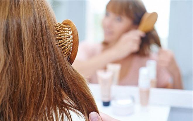 6 nguyên nhân không ngờ đến khiến mái tóc ngày càng khô xơ, hư tổn nghiêm trọng - Ảnh 2.