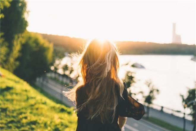 6 nguyên nhân không ngờ đến khiến mái tóc ngày càng khô xơ, hư tổn nghiêm trọng - Ảnh 5.