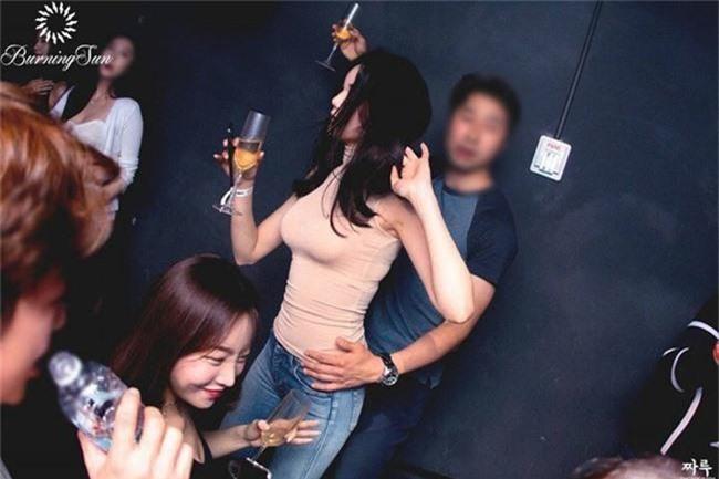 Rò rỉ video phụ nữ bị chuốc thuốc, hiếp dâm trong trạng thái vô thức tại hộp đêm Burning Sun của Seungri - Ảnh 1.