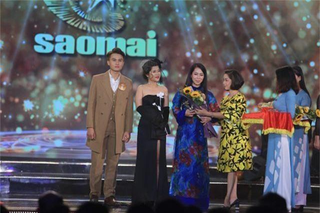 Nhà báo Trần Hồng Hà tặng hoa và cup lưu niệm cho 3 thí sinh phải chia tay với chương trình.JPG