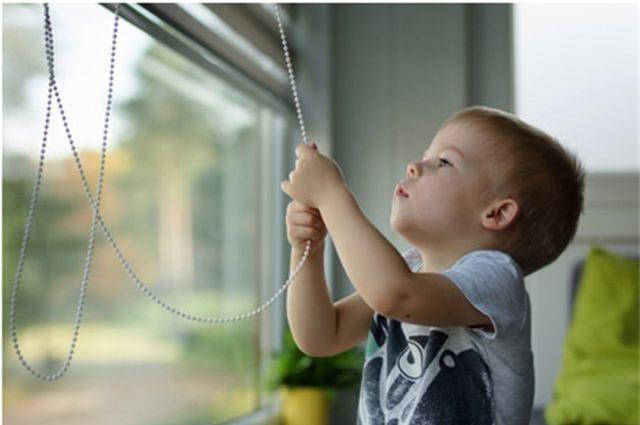 Thận trọng với rèm cửa chớp kéo dây khi nhà có trẻ con - 1