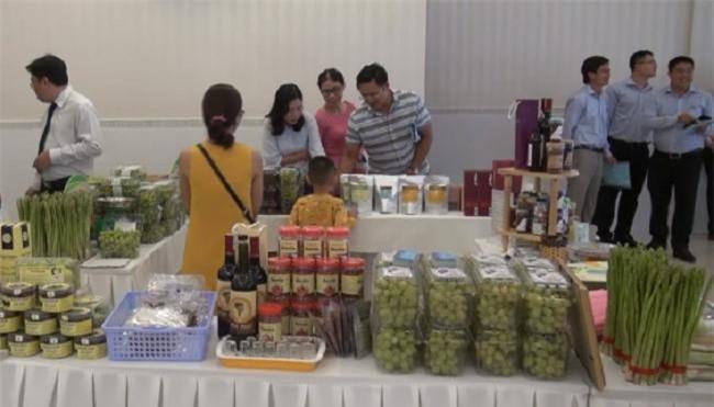 Một số doanh nghiệp giới thiệu sản phẩm đặc trưng của địa phương tại hội nghị (Ảnh: VH)