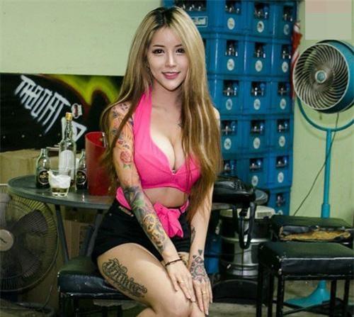 Do yêu cầu nghề nghiệp, cô thường xuyên diện những trang phục kiệm vải khoe đường cong.