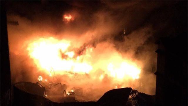 Kho dầu cháy dữ dội, hàng trăm người sơ tán trong đêm - 1