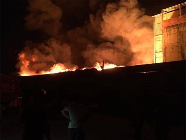 Kho dầu cháy dữ dội, hàng trăm người sơ tán trong đêm - 2