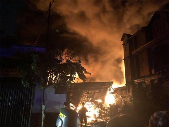 Kho dầu cháy dữ dội, hàng trăm người sơ tán trong đêm - 3