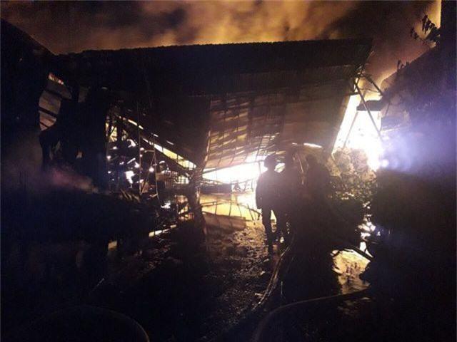 Kho dầu cháy dữ dội, hàng trăm người sơ tán trong đêm - 4