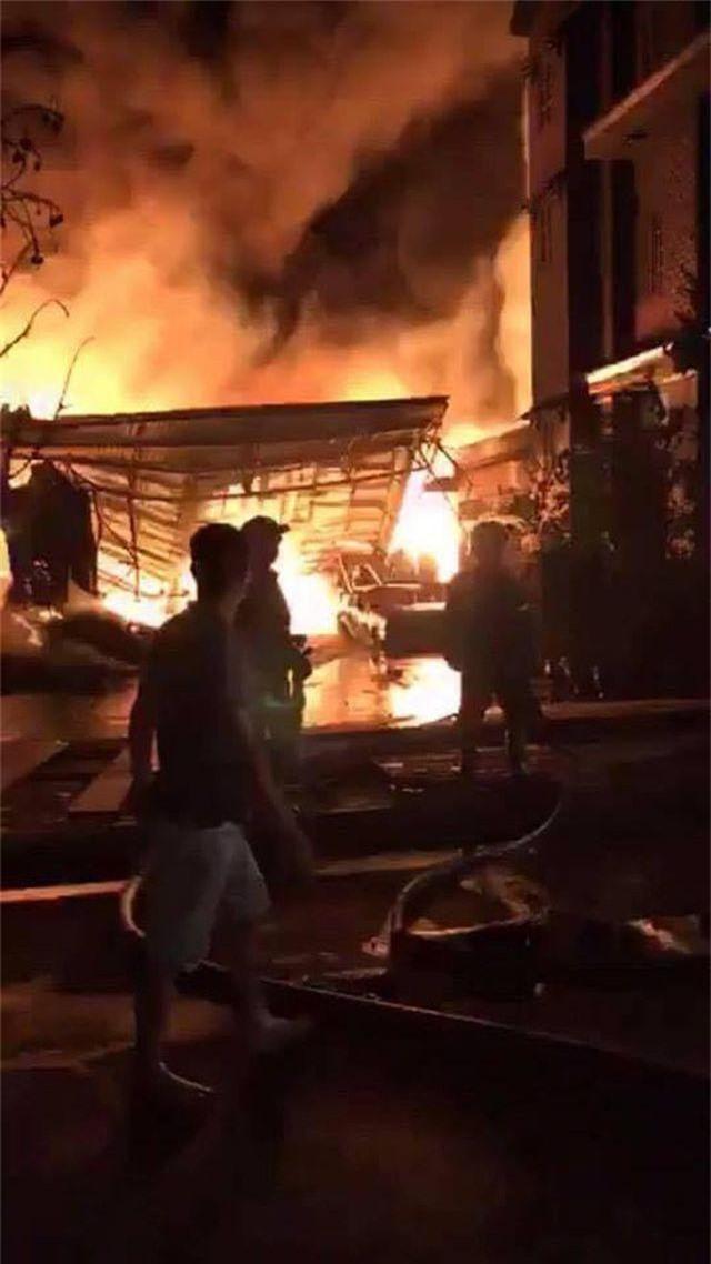Kho dầu cháy dữ dội, hàng trăm người sơ tán trong đêm - 5