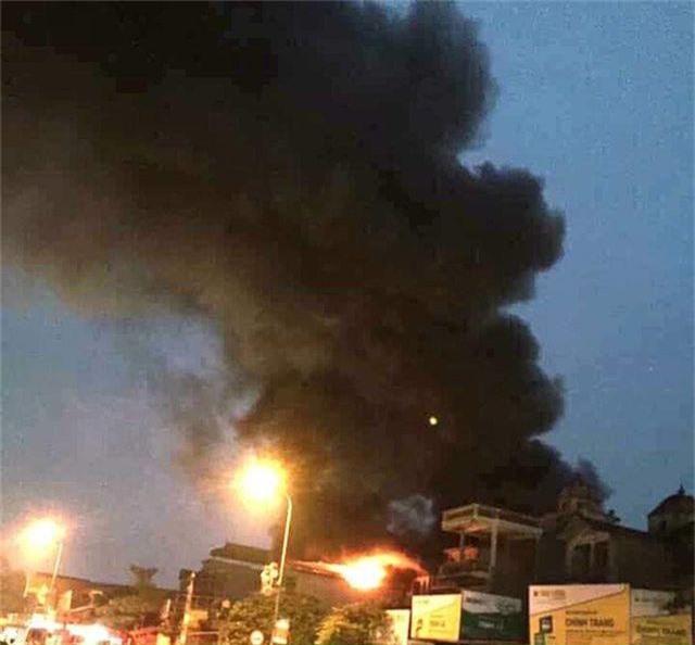 Hà Nội: Nhà 5 tầng cháy lớn, 1 người tử vong, 6 người được giải cứu - 1