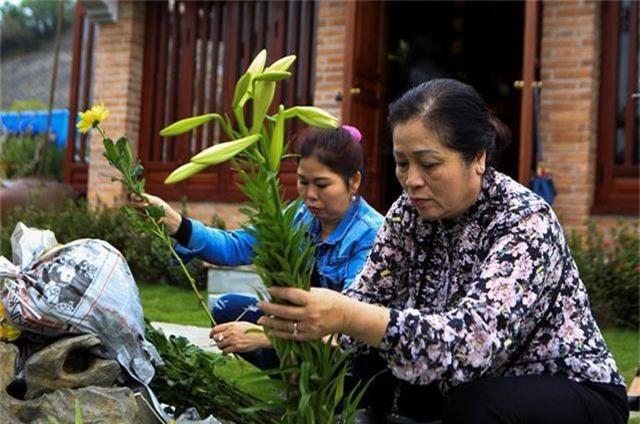 Người dân nhộn nhịp đi viếng mộ dịp Tết Thanh Minh - 2