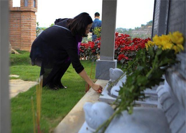Người dân nhộn nhịp đi viếng mộ dịp Tết Thanh Minh - 3