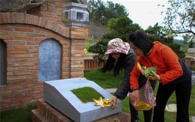 Người dân nhộn nhịp đi viếng mộ dịp Tết Thanh Minh - 4