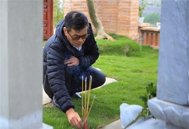 Người dân nhộn nhịp đi viếng mộ dịp Tết Thanh Minh - 7