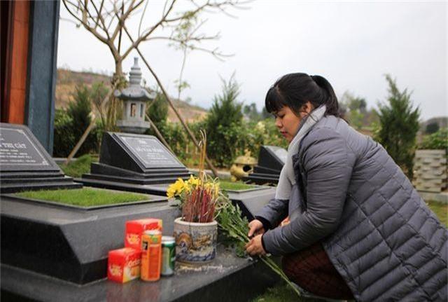 Người dân nhộn nhịp đi viếng mộ dịp Tết Thanh Minh - 9