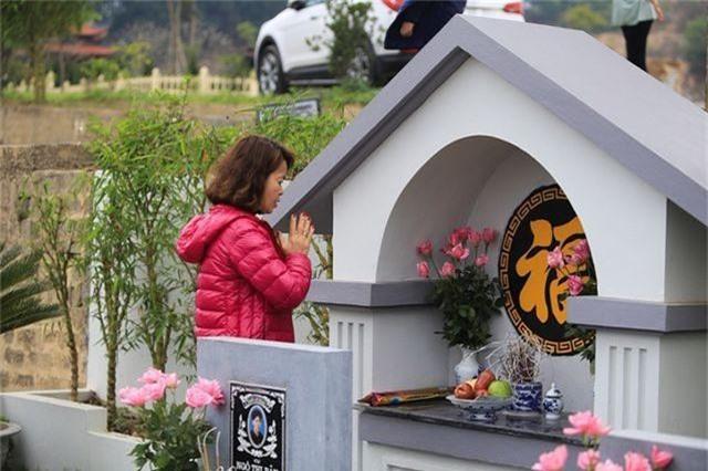 Người dân nhộn nhịp đi viếng mộ dịp Tết Thanh Minh - 10