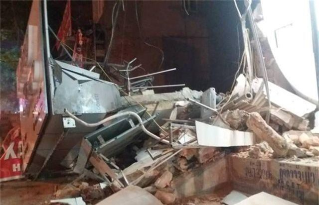 Ngôi nhà 2 tầng giữa khu phố sầm uất bất ngờ đổ sập - 1